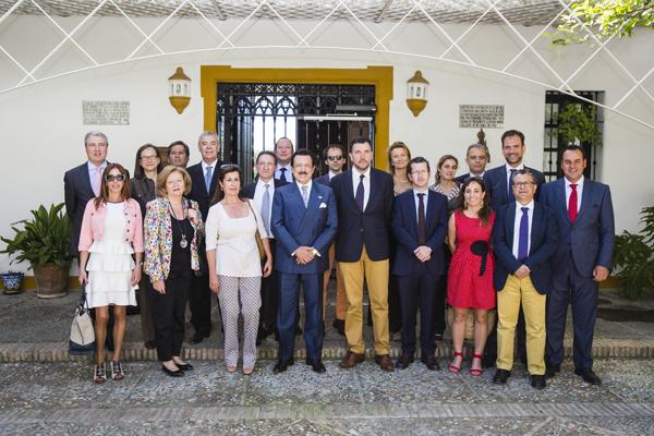 Antonio Morera recibió en el Cortijo de la Gota de Leche a los miembros de la junta directiva de Dircom. / Carlos Hernández