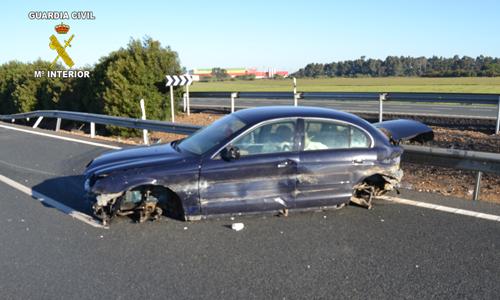 Estado en el que quedó el Jaguar que conducía el joven detenido.