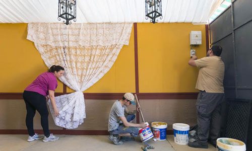 El equipo de trabajo de Eventos Lorenzo Carvajal terminando de preparar una de las casetas de la calle Espartero. / Foto: Jose Luis Montero