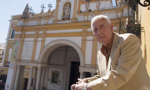 Joaquín Caro Romero, con la basílica de la Macarena al fondo, donde todo se prepara ya para la salida extraordinaria. / Foto: J.M. Paisano