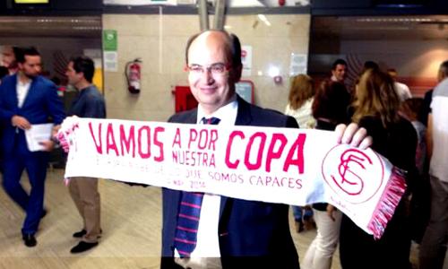 El presidente del Sevilla, José Castro, antes de coger el vuelo que llevará a su equipo a la final de la Europe League en Turín. / QC