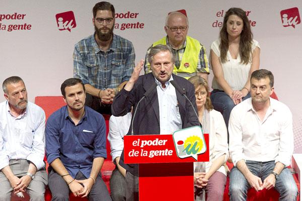 El eurodiputado de IU, Willy Meyer, interviene en el acto central del grupo, acompañado del diputado Alberto Garzón y del coordinador de IULV-CA, Antonio Maíllo. / D. Pérez (EFE)