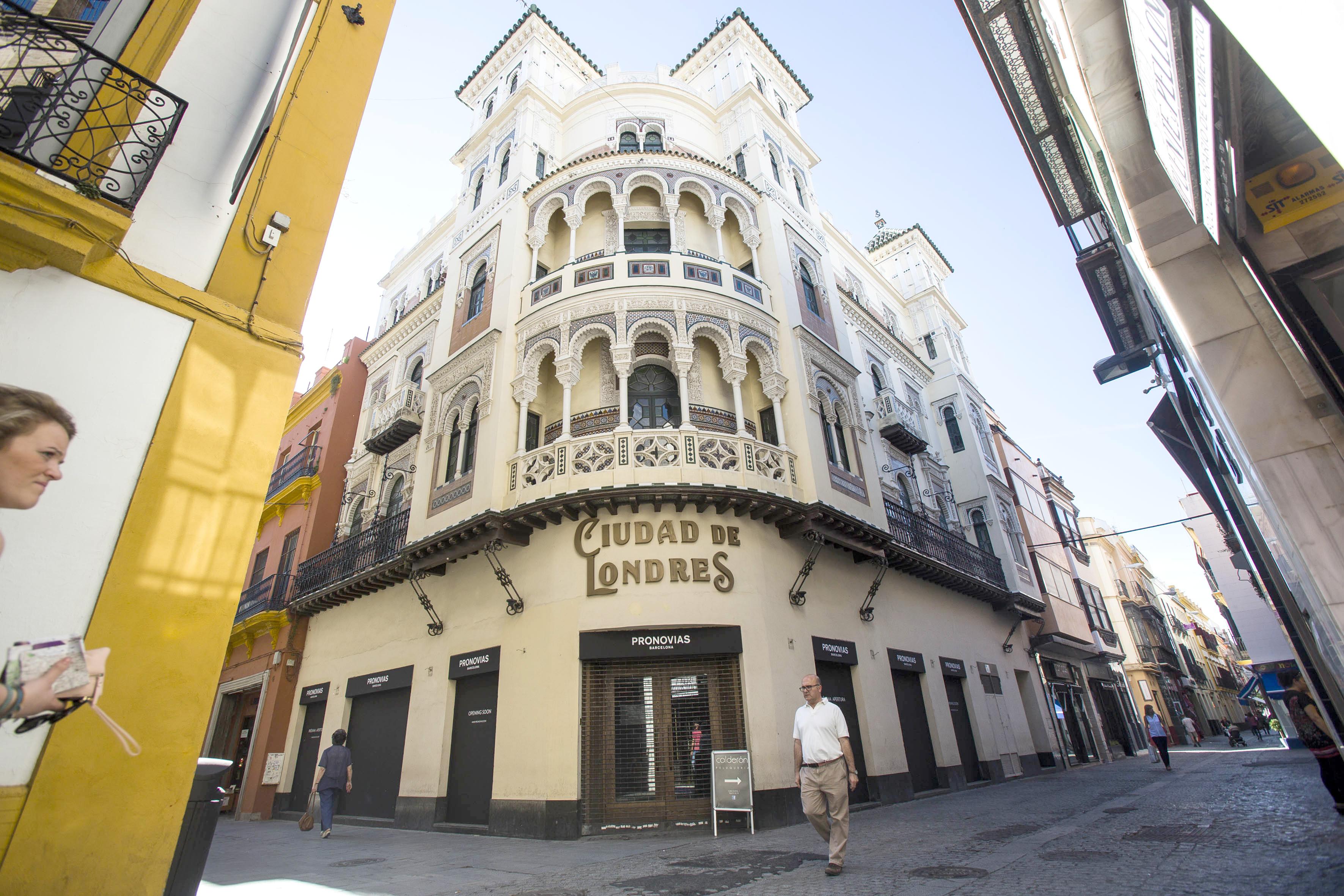 El edificio, de 1914 y obra del arquitecto José Espiau y Muñoz, ubicado en la calle Cuna esquina con Cerrajería. / CARLOS HERNÁNDEZ