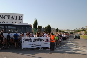 Marcha a pie por la A-8125 para pedir su arreglo. Foto: María Montiel