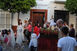 Uno de los pasitos portado por los jóvenes costaleros y presidido por las niñas con mantilla. Foto: María Montiel