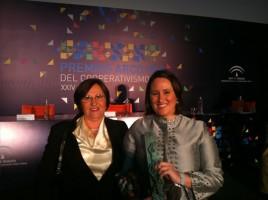María Ángeles Ojeda junto a su madre, Mari Carmen Rojas, tras recibir el premio Arco Iris. Foto: El Correo