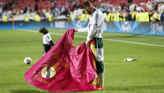 Sergio Ramos, toreando de salón tras ganar la Liga de Campeones. / Pablo García