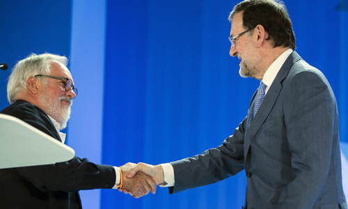 El cabeza de lista del PP a las elecciones europeas, Miguel Arias Cañete (i), y el presidente del Gobierno, Mariano Rajoy, se estrechan la mano tras el mitín que el PP ha celebrado hoy en Málaga EFE/Jorge Zapata.