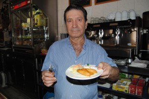 Pepe Núñez muestra orgulloso sus ballenitas de alioli, una de las tapas estrella de su establecimiento. FOTO: María Montiel