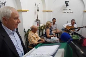 El recitador Manolo González, en primer plano, y los cantaores Itoly, Anabel Rodríguez y Niño de la Cantarería al fondo. FOTO: A. Romero