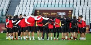 Los jugadores del Sevilla, este martes en el Juventus Satadium. / Ramón Navarro