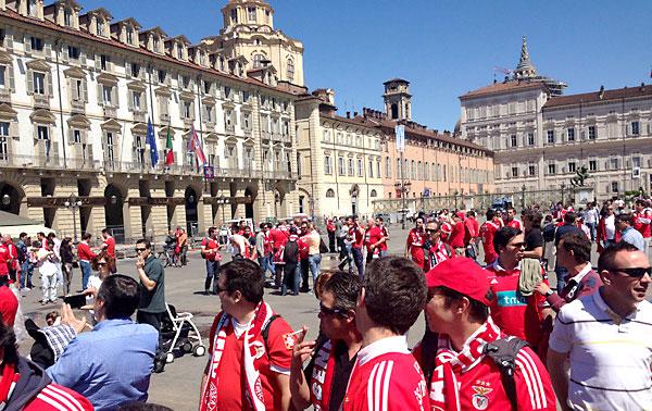 Los aficionados sevillistas, que pasean por las calles céntricas de Turín el día del partido, dejaron una grata impresión entre los turineses. / Quico Canterla