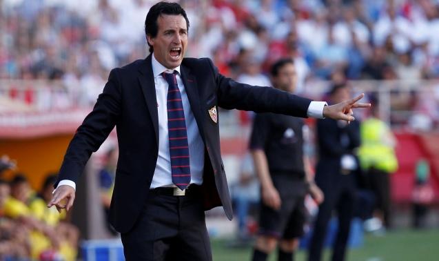 Emery, dando instrucciones a sus jugadores./ Ramón Navarro