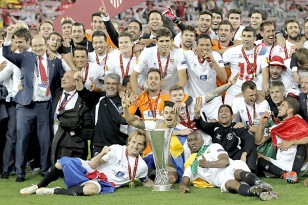 Los jugadores posan con la copa. / Julio Muñoz