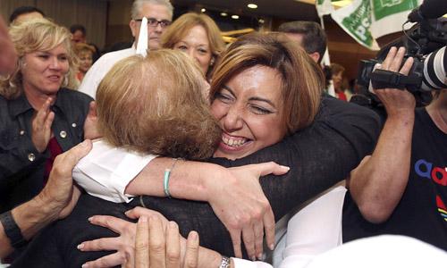 La secretaria general del PSOE andaluz y presidenta de la Junta de Andalucía, Susana Díaz, saluda a unos simpatizantes durante un mitin del Partido Socialista celebrado en el municipio almeriense de El Ejido. / EFE