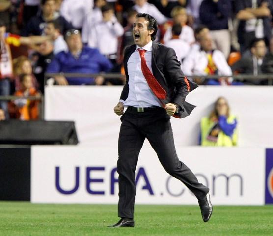 Unai Emery, celebrando el gol de Mbia en Mestalla que daba el pase a la final de la Liga Europa. / José Antonio Sans