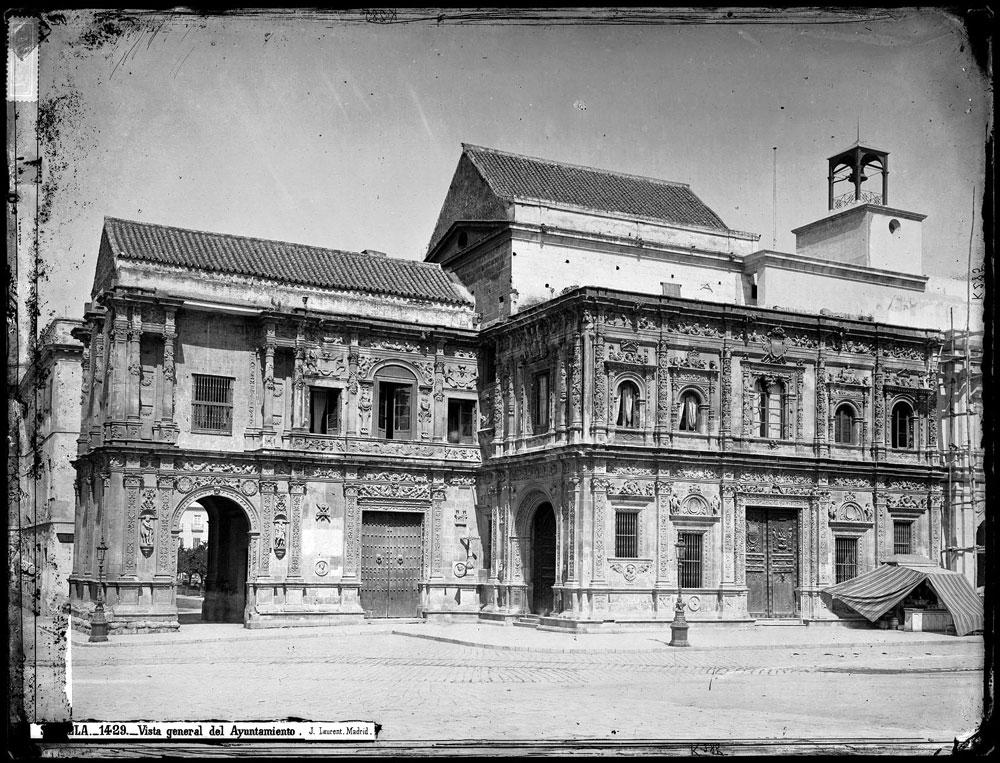 Vista del Ayuntamiento de Sevilla. Entre 1860 y 1886.