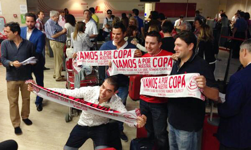 Aficionados en el aeropuerto de San Pablo de Sevilla rumbo a la final de Turín.