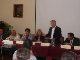 Parte de la mesa de trabajo entre los que estaban Dolores Bravo, Aurora Baena y Miguel Ángel Araúz. Foto: Alba Poveda
