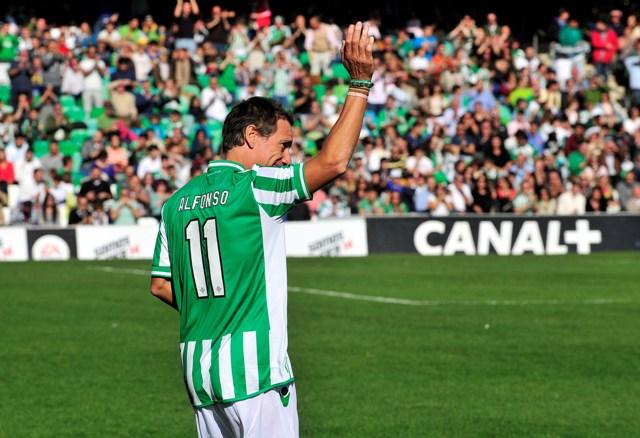 Alfonso saluda a la afición en el partido entre veteranos del Betis y el Real Madrid / Kiko Hurtado