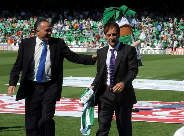 Alfonso Pérez Muñoz, en el Villamarín junto a Gordillo en junio de 2011, cuando recibió un homenaje / Kiko Hurtado