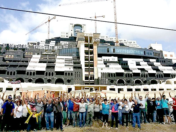 Concentración de los vecinos de Carboneras ante el hotel de El Algarrobico para reclamar su legalización. / E.P.
