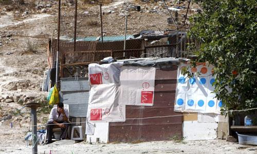 Un vecino permanece delante de la chabola donde una mujer de 32 años, María Muresanu, ha sido asesinada presuntamente por su pareja. Foto: Efe