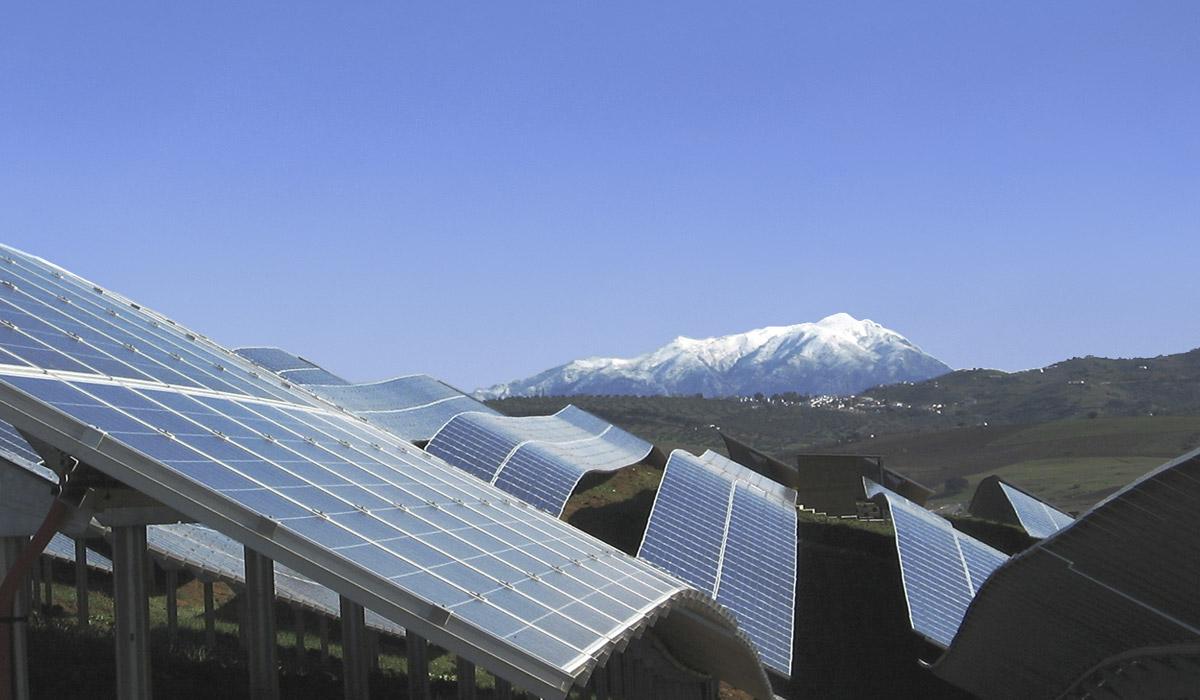 Parque de paneles fotovoltaicos adaptados al terreno construido por la compañía Ansasol en la localidad malagueña de Casabermeja. / ANSASOL