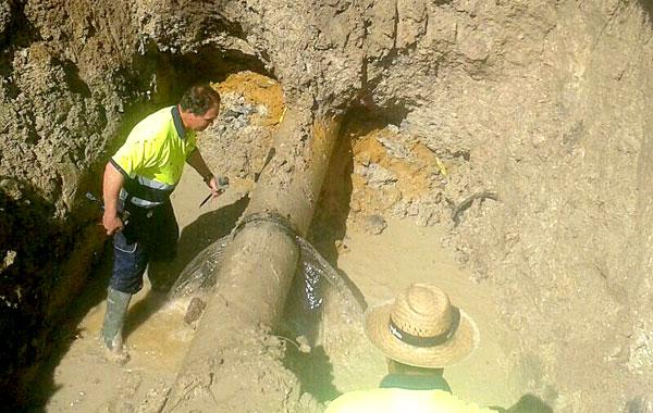 La tubería perdía gran cantidad de agua, lo que dejó sin suministro a toda la localidad. / El Correo