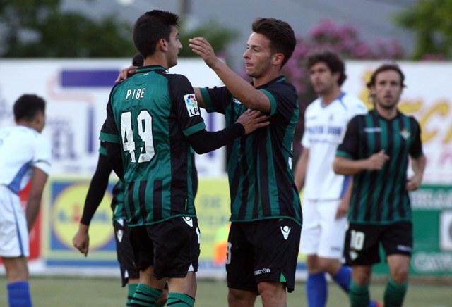 Pibe es felicitado por un compañero tras marcar el 0-1 / Real Betis
