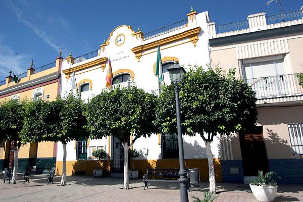 Fachada del Ayuntamiento de La Algaba, donde ayer se aprobó la bajada del Impuesto de Bienes Inmuebles.