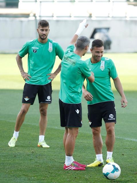 Salva Sevilla bromea con Rubén Castro en el entreno del sábado. Detrás, Vadillo, novedad en la lista / Ramón Navarro