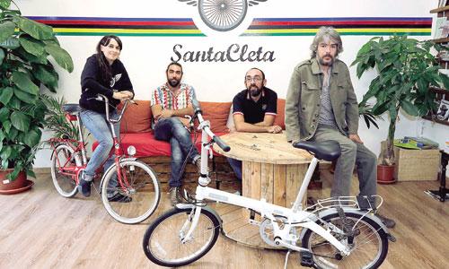 Isabel Porras (Santa Cleta), Luis Rivas (La Llave), Gonzalo Bueno (Santa Cleta) y Leo García Baños (La Llave) posan en un rincón de la tienda-taller. / Foto: José Luis Montero