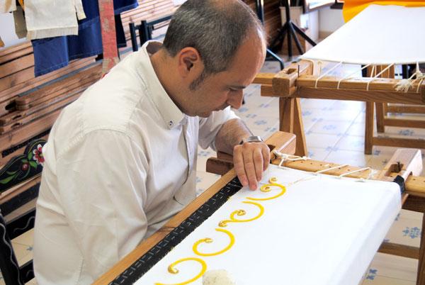 El bordador moronense Manuel Solano, en pleno apogeo creativo en su taller. / María Montiel
