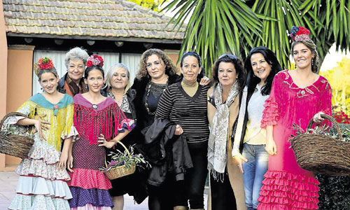 Las modistas posan junto a sus modelos en el desfile del Real Club de Golf. / Foto: Reyes Girón Charlo