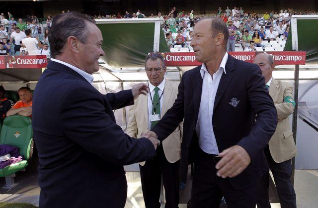 Gaby Calderón saluda a Juan Ignacio Martínez antes del partido / Julio Muñoz (EFE)