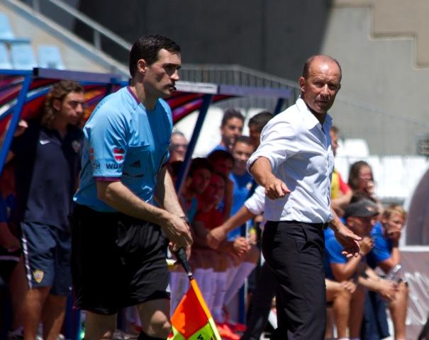Calderón protesta algo a uno de los asistentes en el Almería-Betis / Curro Vallejo