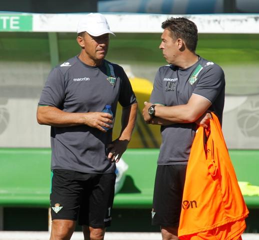 Calderón charla con Cañas en el entrenamiento de este lunes / Ramón Navarro