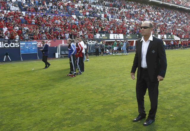 Calderón, en el césped de El Sadar en su último partido en el Betis / EFE