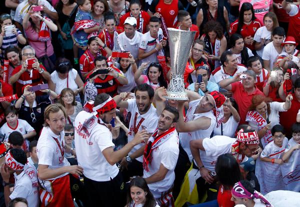 Los jugadores, rodeados de aficionados celebrando el título (Íñigo Hidalgo)