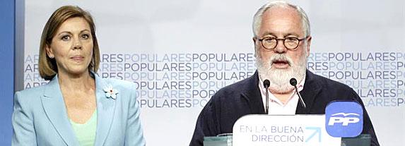 El cabeza de lista del PP en las elecciones europeas, Miguel Arias Cañete, junto a la secretaria general del partido, María Dolores de Cospedal, comparece esta noche en la sede del partido, en Madrid, tras conocer los resultados de las elecciones al Parlamento Europeo. EFE/Alberto Martín