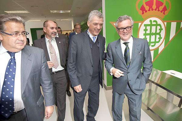 El presidente de la RFEF, Ángel María Villar, visita las nuevas instalaciones de la ciudad deportiva Luis del Sol del Betis. / J.M.Paisano