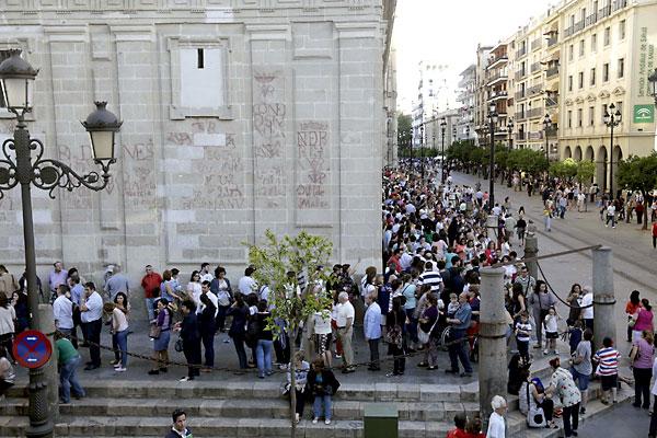 Largas colas para ver a la Macarena en la Catedral. / Foto: José Luis Montero