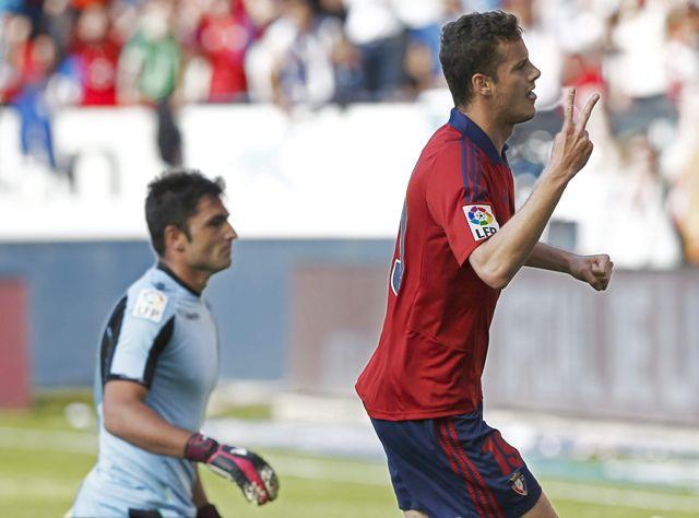 Oriol Riera celebra el 2-0 ante Adán. Al final, Betis y Osasuna se van a Segunda / Jesús Diges (EFE)