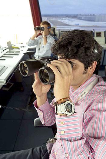 Los controladores siguen con prismáticas la trayectoria del avión ya fuera de pista. / José Luis Montero