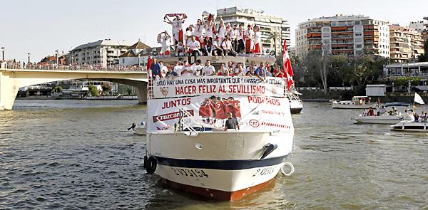 Los jugadores del Sevilla FC en la capital hispalense celebrando el título. / EFE