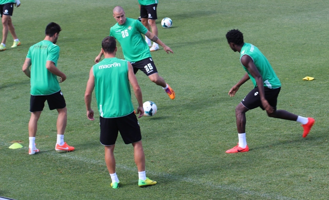 Andrés Correa (dorsal 25) toca la pelota entre Chuli, Matilla y Nosa en el entrenamiento de este miércoles / Real Betis