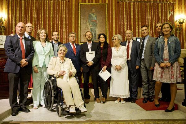 Los premiados posan junto a las autoridades en la ceremonia de entrega de galardones celebrada ayer en el SalónColón delAyuntamiento. / Pepo Herrera