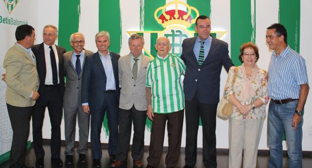 El padre Martín Sarmiento, ya con la camiseta del Betis puesta, este martes en el Villamarín / Real Betis