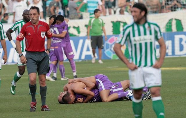 31 de mayo de 2009. El Valladolid celebra su salvación. Pavone no se cree el descenso del Betis / Javier Díaz